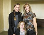 体能训练师Patricia Joyce(右)和侄女Kristen Kumasaka(左)及其女儿Mia一起观看了1月18日的神韵演出。(李旭生/大纪元)