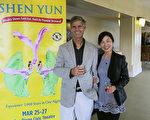 著名油畫家John Modesitt和日裔太太Toshiko Modesitt觀看了神韻晚會後,稱其無懈可擊,找不到任何破綻。(李旭生/大紀元)