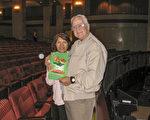 George Folwarski先生和太太看过神韵纽约艺术团在艾斯康迪都的加州艺术中心(CA Center for the Arts)的第二场演出后,要亲自向神韵艺术家们表示感谢。(方圆/大纪元)
