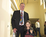 """全球最大的牛油果油生产商Chosen Food总裁George Todd带着孙女一同来观看了演出,他热情地赞叹""""美极了!"""" (杨婕/大纪元)"""