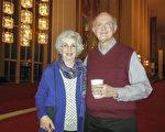 Linda Bowman女士的先生Paul Bowman看到2017年神韻演出季廣告後把神韻演出票,作為生日和聖誕禮物送給了她。她看完演出後,她興高采烈地說:「我的天啊!我完全陶醉在演出中了!」 (李辰/大紀元)