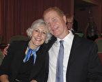 1月18日晚,Clybourn夫妇在美国南卡罗莱纳州查尔斯顿市盖拉德中心剧院观看了神韵演出。(麦蕾/大纪元)