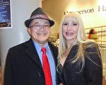 """急诊科医生周先生(Jonethan Chow)和太太Jennifer 一起观看了当晚的演出,表示演出""""美丽、幸福和优雅""""。(Madalina Hubert/大纪元)"""