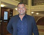 工程承包商Enaldo Urriola先生於18日晚 觀看了神韻北美藝術團在蓋拉德中心的第二場演出。(林南宇/大紀元)