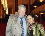 曾担任马里兰州对中国的贸易代表的Dan Rupli先生携夫人Mary Ann Rupli女士一起观看神韵国际艺术团的演出。(萧恩/大纪元)