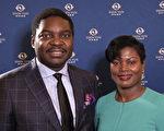赤道几内亚驻美大使Miguel Ntutumu和妻子深受神韵的教育与启迪,演出后的第一个反应就是想要带着他们的五个孩子再看一次神韵。(新唐人截图)
