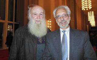 華府律師Paul Toulouse先生(右)18日晚觀看了神韻演出後連呼「非常震撼」。(李辰/大紀元)