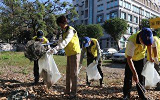 屏东市长林亚莼率公所主管、清洁队员,及各志工团体沿街进行清扫工作。(屏市公所提供)