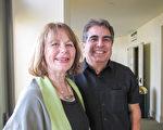 圣地亚哥一家服务公司老板、同时身兼牧师的Freddie Salas和友人、房地产经纪人Vivian Kerr都被神韵展现的精神内涵深深触动。(杨婕/大纪元)