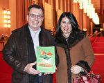 广告和市场营销公司老板James Mclnerney和太太Angelica观赏完神韵演出,走出肯尼迪艺术中心歌剧院时,仍沉浸在兴奋之中。(亦平/大纪元)