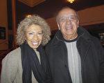 教育专家Gioconda Weiner女士(左)于1月19日观看了神韵演出。(李辰/大纪元)