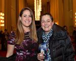 """1月19日晚,西班牙语教师Susan Murphy和女儿观看了神韵在华盛顿特区肯尼迪艺术中心的第三场演出后,赞叹神韵 """"令人惊艳""""、""""是此生见过的最美演出""""。(李莎/大纪元)"""