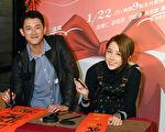 吴慷仁(左)与邵雨薇主演的电影《我的礼物》将于22日晚间9点全台首播,两人特地于过年前联手挥毫迎新春。(纬来电影台提供)