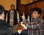 社区会议结束后,访谷亚裔联盟发言人陈美玲在和社区居民介绍该大麻店申请的诸多不合理现象。(李霖昭/大纪元)