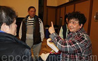 社區會議結束後,訪谷亞裔聯盟發言人陳美玲在和社區居民介紹該大麻店申請的諸多不合理現象。(李霖昭/大紀元)