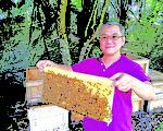 银蜂蜜是新马超级食物,其天然酵素为蜂蜜中含量最高,新加坡蜂蜜生产商B-B united的萧际贤先生将在黄金时代展带来最优质银蜂产品,及蜂蜜养生咨询。(B-B United 提供)