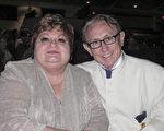 1月20日晚,Ned Pitre先生和朋友在新奥尔良观看了神韵演出。(麦蕾 大纪元)