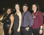 1月20日晚,新奥尔良三位武术教练右起:Becky Hammond 、John Hammond , Melody Magee 以及友人Nighesha Richardson (左一)一同观开了神韵北美艺术团的精彩演出。(林南宇/大纪元)