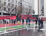 1月20日,在川普总统就任当天,旧金山抗议民众将市场街堵住,车辆无法通行,图为在Uber总部前的场面。(周凤临/大纪元)