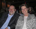 1月20日,建筑承包商Kathy Gootee和太太观看了神韵演出。(麦蕾/大纪元)