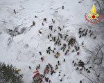 意大利18日雪崩掩埋酒店,至今发现10人生还。(Handout/Vigili del Fuoco/AFP/Getty Images)