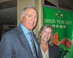 圣地亚哥德尔玛地区一家公司老板Gerry Breid和太太Susan Breid赞神韵用艺术形式传递重要信息。(杨婕/大纪元)