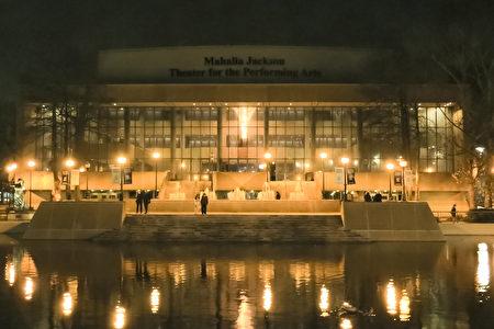 1月20日晚,美国神韵北美艺术团在新奥尔良的玛哈莉雅杰克逊表演艺术剧院(Mahalia Jackson Theatre)上演了首场演出。(林南宇/大纪元)
