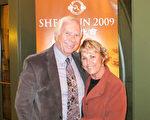 退休的发型设计师Linda Virgil和退休政府官员Alan Moore第一次来观看神韵,就为之着迷。(李旭生/大纪元)