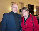 从事演艺事业20多年,专业装扮小丑的Ron和Sue Kardynski夫妇从自己的演出经历出发,赞叹神韵晚会的精彩。(李旭生/大纪元)