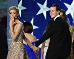 2017年1月20日,华盛顿DC,川普就职舞会上,伊凡卡(右二)以飞吻向观众致意。 (ROBYN BECK/AFP/Getty Images)