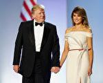 1月20日晚上的就职舞会上,第一夫人梅兰妮亚穿着白色露肩礼服亮相。(Aaron P. Bernstein/Getty Images)