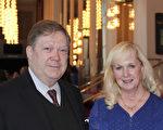 1月21日下午Stephen Sheehy律师携夫人在肯尼迪艺术中心欣赏神韵 (萧恩/大纪元)