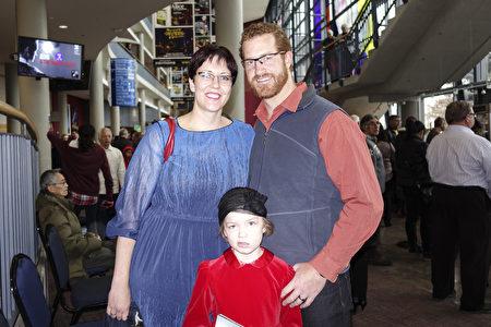 牙醫Jaunus Jacobs與太太帶著孩子觀看了密西沙加表演藝術中心(Mississauga Living Arts Centre)的神韻演出,他們很高興神韻帶領他們遊歷了中國傳統文化。(Matthew Little / 大紀元)
