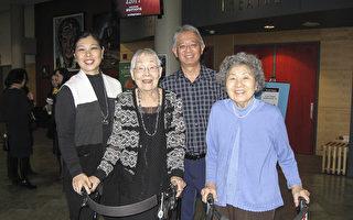 职业花样溜冰运动员凯夫妇带着母亲和婆婆一起观看了演出。从左到右依次是:凯夫人、婆婆、凯先生、母亲。(周行/大纪元)