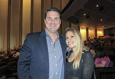 1月21日下午,法律公司老板Dan Robin Jr.先生和女朋友Eliana Belkin一起观看了神韵北美艺术团在美国路易斯安那州新奥尔良的最后一场演出。(林南宇/大纪元)