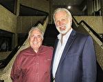 公司老板Corkey Bin先生(右)和朋友、承包商Mike Rugee先生(左)于1月21日下午一同观看了神韵北美艺术团在美国路易斯安那州新奥尔良的最后一场演出。(林南宇/大纪元)