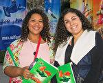 曾从事女低音表演地Sabrina Porter(左)和朋友Gabriela Lopez观看了神韵在加州艺术中心的第五场演出。(李旭生/大纪元)
