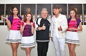 阿尔发歌手Ciao俏女孩三位成员和阿沁(右2)和韩国金亨锡(左3)合照。(阿尔发音乐提供)