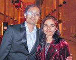Amit Bhargava先生与妻子观看神韵后表示,这样高水平的演出难得一见,这是他看过的最好演出之一。(李辰/大纪元)