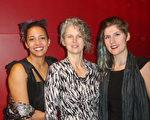 视觉艺术家Barbara Stofast女士(中)和女儿们在观看演出后表示,神韵的舞蹈与音乐带给她们从视觉到心灵上强烈的震撼。(Madelina Hubert / 大纪元)