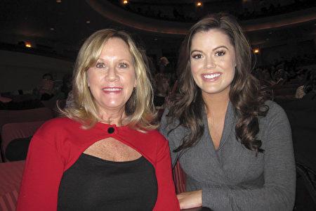 Lindsey Grubbs和母親Claudia Grubbs一起觀看了1月21日晚神韻紐約藝術團在聖地亞哥的演出。(楊婕/大紀元)
