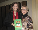 圣地亚哥州立大学(SDSU)教授Karen Ferran博士和作家Felicia Cameron女士看神韵。(方圆/大纪元)