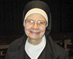 玛丽•弗朗库斯科修女(Sister Mary Francusco)1月21日晚,在圣地亚哥加州艺术中心观看了神韵纽约艺术团的演出,感动醍醐灌顶。(Marie-Paul Baxiu/英文大纪元)