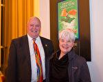 Marilla Cushman女士和丈夫George Cushman一起观看了神韵演出。(李莎/大纪元)