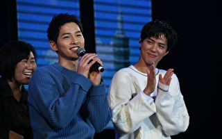 朴寶劍(右)今晚(22 日)二度在台灣舉辦見面會,前輩宋仲基特地前來站台。(結果娛樂提供)