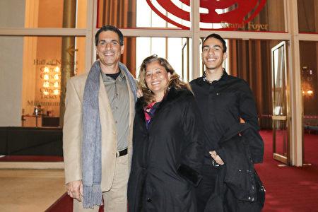 医院经理Ricardo Ardito先生带太太和儿子来看神韵,他从神韵演出中获得的最深刻,最根本的信息,就是世上有神、有天国世界的存在。(亦平/大纪元)
