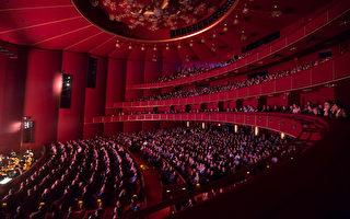 1月22日下午,神韵在华盛顿特区肯尼迪艺术中心歌舞剧院的演出座无虚席,剧院方只得加售站票应对票房热潮。(李莎/大纪元)