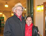 在当地一家军工企业任经理的Dick Baughman和华裔太太赵女士(Chun Zhao)欣赏了1月22日下午的神韵晚会。(李旭生/大纪元)