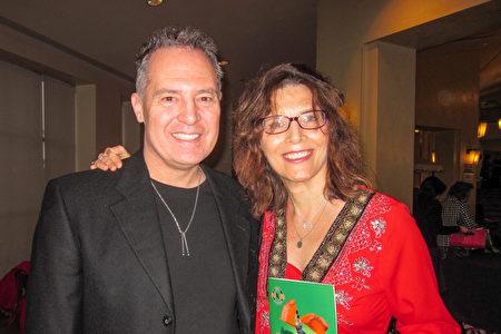 作家AngelaPierce和先生Mike Pierce观看了神韵纽约艺术团1月22日在圣地亚哥的演出。她表示,想问演员们这个感受到能量。(杨婕/大纪元)