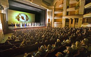 周末在艾斯康迪都加州艺术中心(California Center for the Arts, Escondido)的四场神韵晚会全部提前售罄,演出大获成功。(季媛/大纪元)
